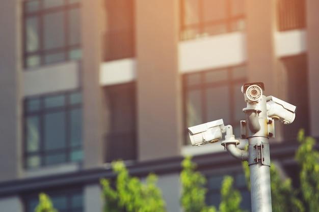Ip cctv-camera geïnstalleerd door een waterdichte hoes om de camera te beschermen met het concept van het huisbeveiligingssysteem.