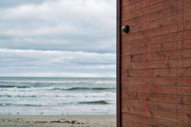 Ip cctv-camera met huisbeveiligingssysteem geïnstalleerd op houten muur tegen de achtergrond van zeegezicht. beschermd gebied, kustwachtstation.