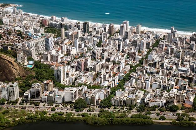 Ipanema district in rio de janeiro, uitzicht vanaf een drone.