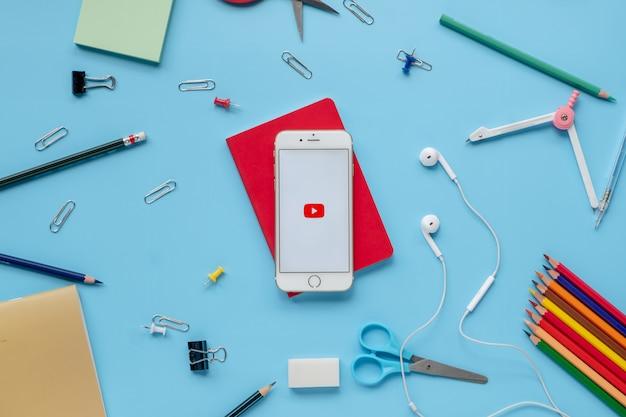 Iphone 6 aan met youtube-app op het scherm