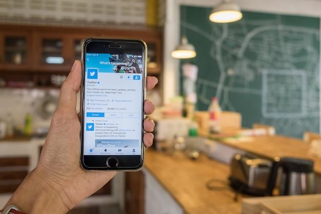 Iphone opent twitter-applicatie en zoekt