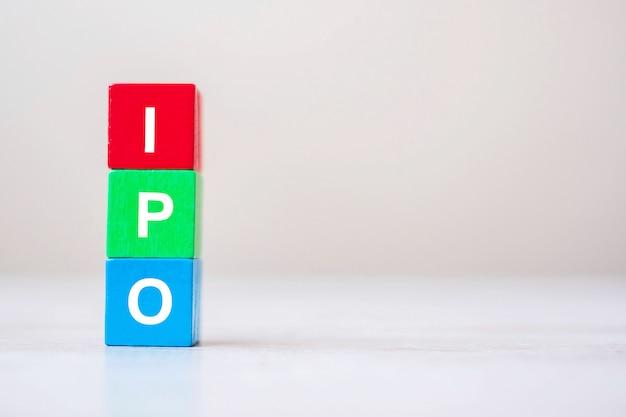 Ipo (initieel openbaar aanbod) woord op houten kubus blokkeert concept