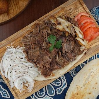 Iraakse shoarma ingrediënten op een houten bord