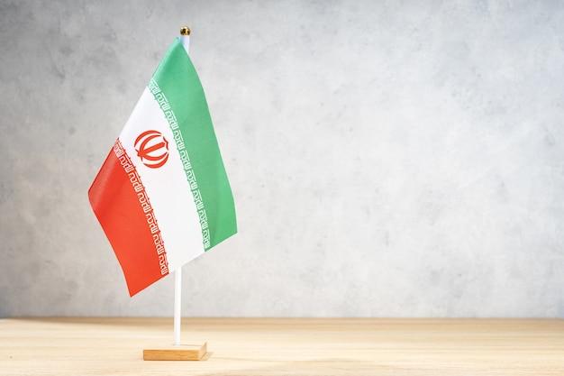 Iran tabel vlag op witte getextureerde muur. ruimte kopiëren voor tekst, ontwerpen of tekeningen