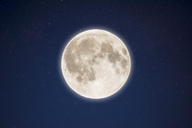 Iriserende gloed van volle maan in de nachtelijke sterrenhemel. volle maan en sterren.