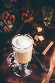 Irish coffee in drinkglas op houten ondergrond