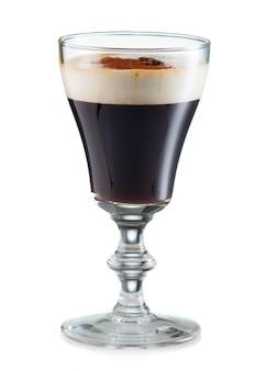 Irish coffee in een glas op wit wordt geïsoleerd dat