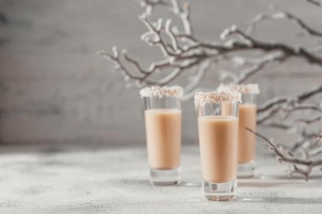 Irish cream likeur of koffielikeur met een kroon van kokosvlokken op een kort glas.