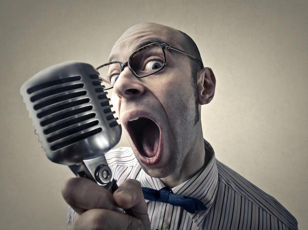 Ironisch portret van een zanger