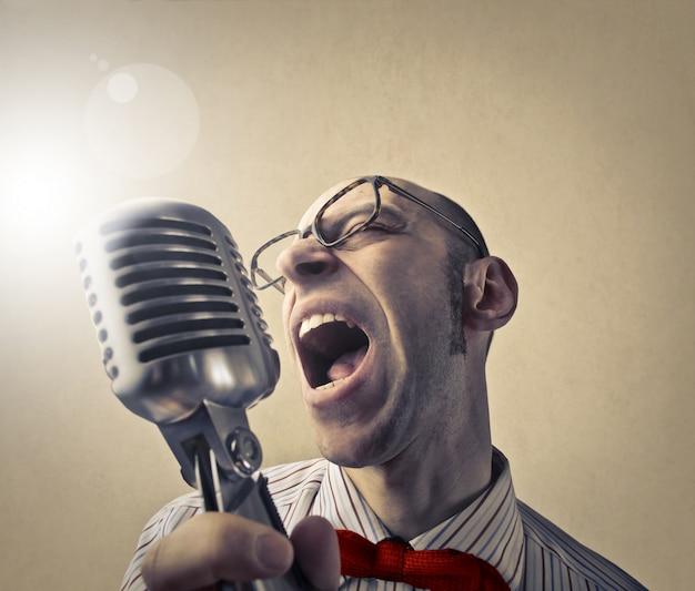 Ironisch portret van zingen