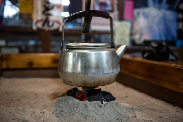 Irori - traditionele japanse verzonken haard die werd gebruikt voor het verwarmen van het huis en voor het koken