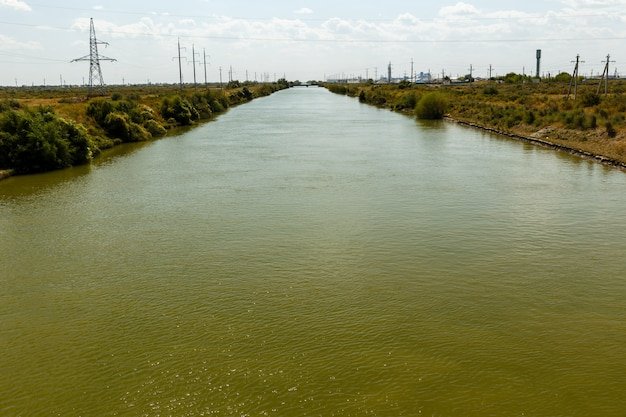 Irrigatiekanaal, waterkanaal in shieli district, kyzylorda-gebied, kazachstan