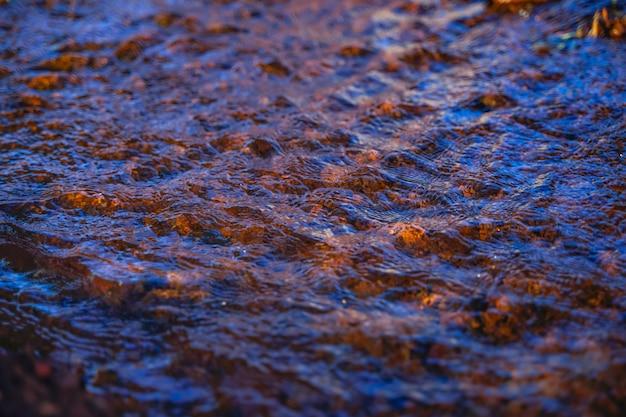 Irrigatiewaterstroom van pijp naar kanaal voor landbouwvelden