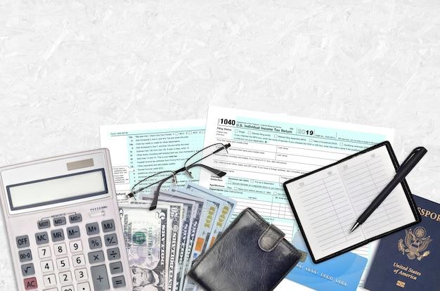 Irs-formulier 1040 individuele aangifte inkomstenbelasting ligt op een platliggende kantoortafel