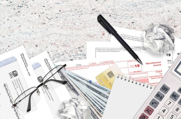 Irs-formulier 1099-misc diverse inkomsten liggen op een platliggende kantoortafel