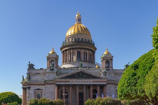 Isaacs cathedral op een zonnige zomerdag sint-petersburg, rusland 2 juni 2021