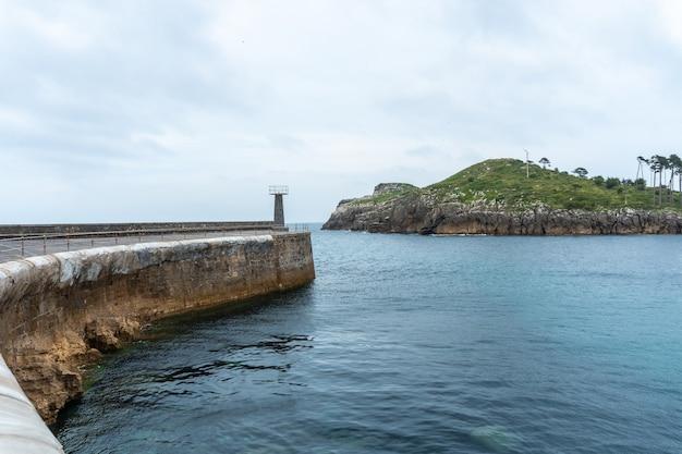 Isla san nicolas vanuit de zeehaven van de gemeente lekeitio, golf van biskaje in de cantabrische zee. baskenland