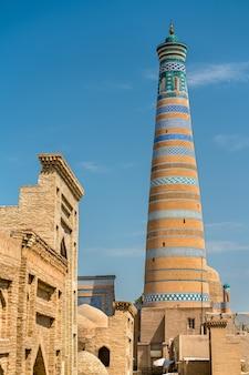 Islam khodja minaret bij itchan kala. een unesco-erfgoedsite in khiva, oezbekistan