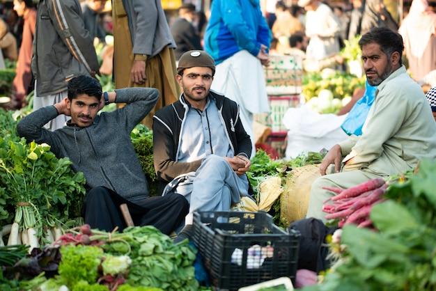 Islamabad, islamabad capital territory, pakistan - 5 februari 2020, een jonge jongen verkoopt groenten op de groentemarkt.