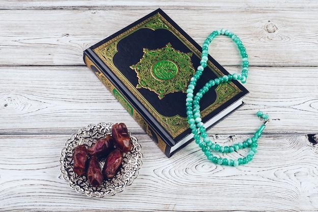 Islamitisch heilig boek op houten tafel