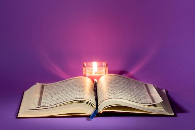 Islamitisch nieuw jaarconcept met geopende koran