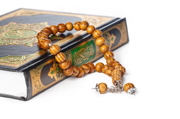 Islamitische boek heilige koran en parels met achtergrond