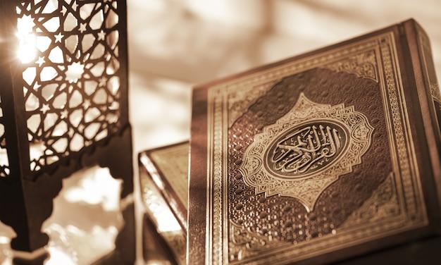 Islamitische boek koran met rozenkrans op grijs