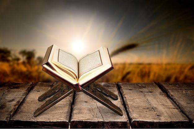 Islamitische boek koran op achtergrond