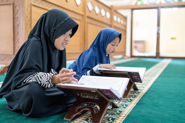 Islamitische jongen die koran leest