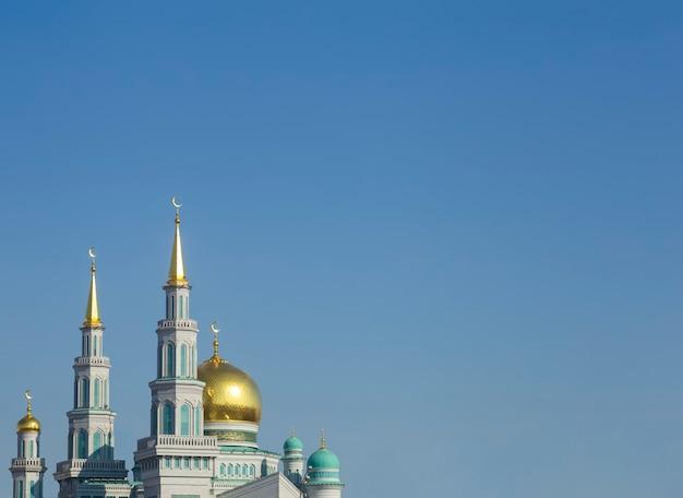 Islamitische moskee op een blauwe hemelachtergrond