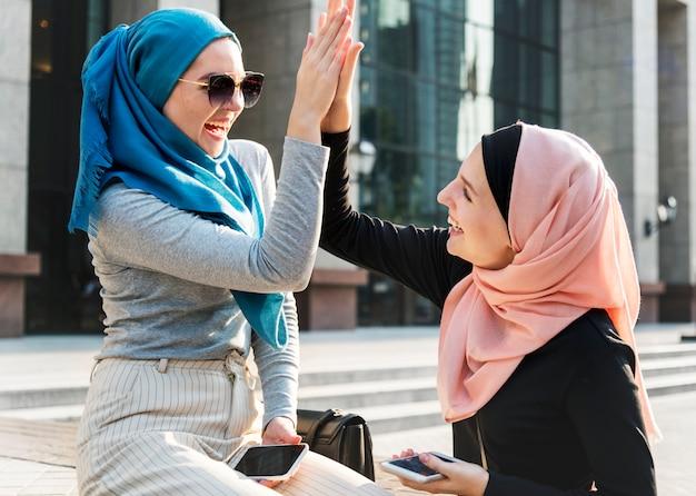 Islamitische vrienden high five en glimlachend
