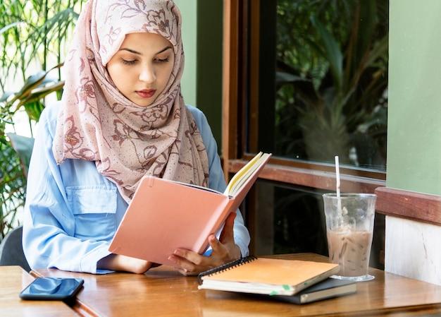 Islamitische vrouw leesboek