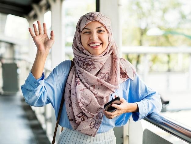 Islamitische vrouw zeg hallo tegen vriend