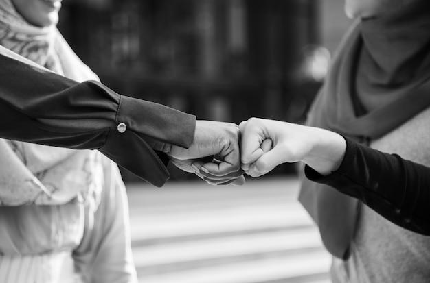 Islamitische vrouwen vrienden vuist hobbels
