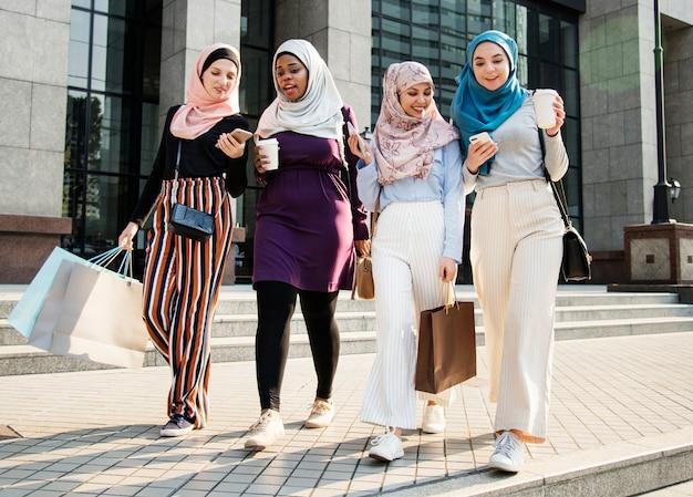Islamitische vrouwenvrienden die samen in het weekend winkelen