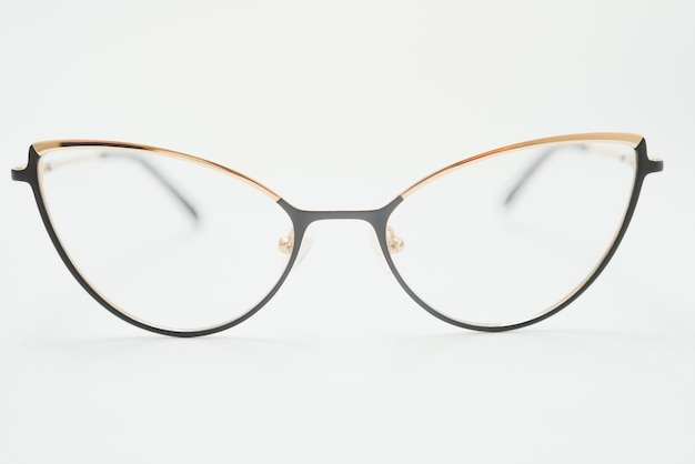 Isolatie bril op witte achtergrond. zwart-wit combinatie ovale brilmonturen. ovale bril frame in de foto van bovenaf op een witte achtergrond
