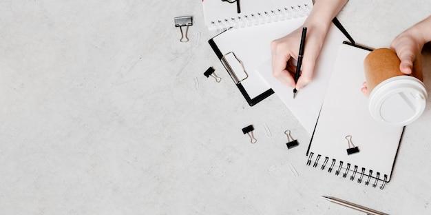Isolatie en werk vanuit huis concept flatlay. potloden, notitieblok, liniaalschaar en paperclips. top horizontale weergave copyspace terug naar school concept