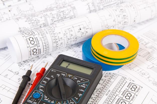 Isolatietape en digitale multimeter en elektrotechnische tekeningen