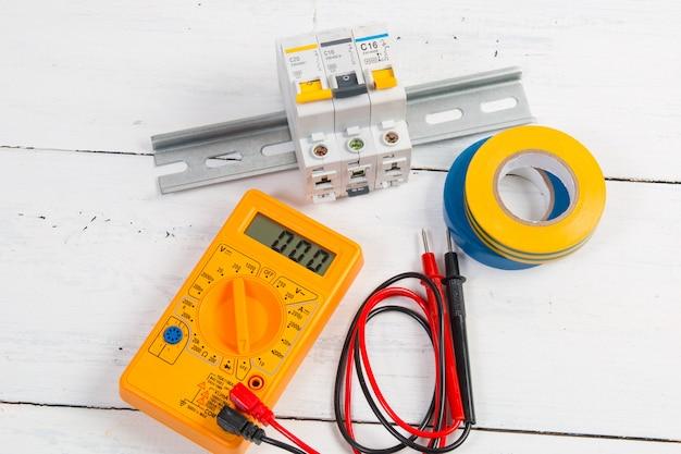 Isolatietape, modulaire stroomonderbreker en digitale multimeter