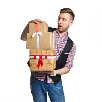 Isoleer de mens die een doosgiften in handen op verkoop houdt
