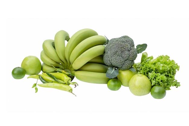 Isoleer van groene groenten en fruit op een witte achtergrond. bananen, broccoli, appel, limoen, pikant