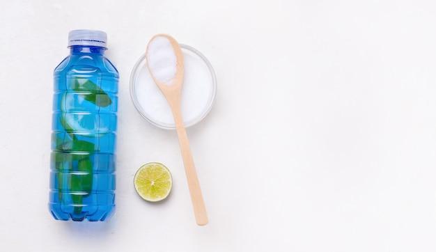 Isotone sportdrank met collageen in een blauwe fles op een witte achtergrond