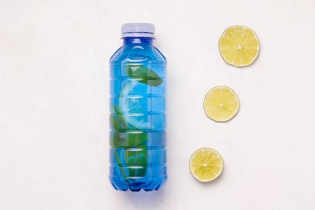 Isotone sportdrank met limoen op een witte achtergrond