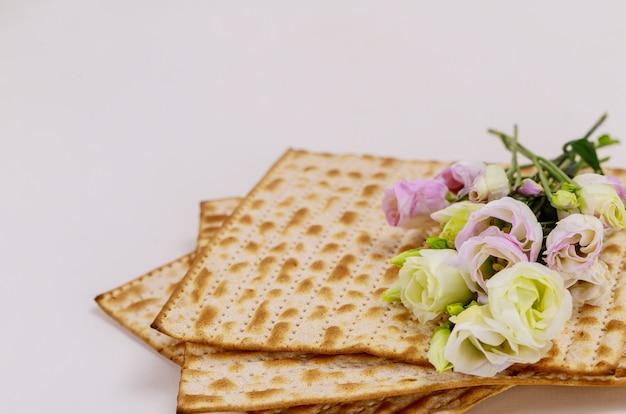 Israëlisch matzah brood met rozen