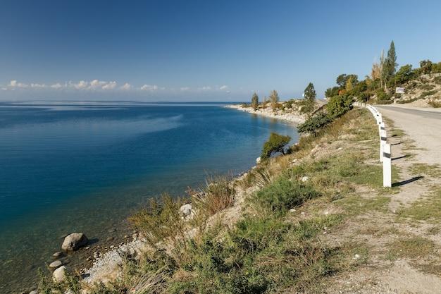 Issykkul-meer in de snelweg van kirgizië aan de zuidelijke oever van het meer