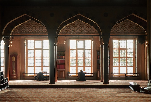 Istambul, turkije - in november bidt turkse moslimman in een blauwe moskee