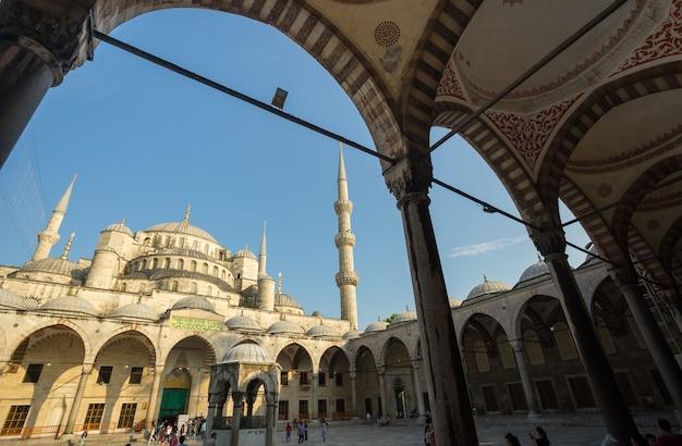Istanboel turkije - juni 10, 2015: ingang aan de blauwe moskee, istanboel, turkije. blauwe moskee heeft een officiële naam 'sultanahmet'.