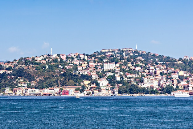 Istanboel, turkije - september 06, 2014: de horizon van istanboel, mening van bosporus-straat op 06 september, 2014 in istanboel, turkije.
