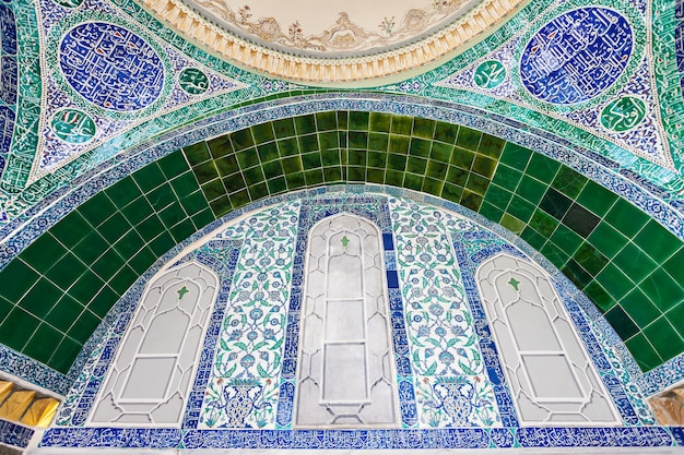 Istanboel, turkije - september 06, 2014: mooie decoratie binnen topkapi-paleis op 06 september, 2014 in istanboel, turkije.
