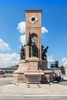 Istanboel, turkije - september 09, 2014: monument op het taksimplein op 09 september 2014 in istanboel, turkije. Premium Foto